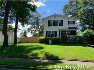 6 BR,  2.00 BTH Colonial style home in Selden