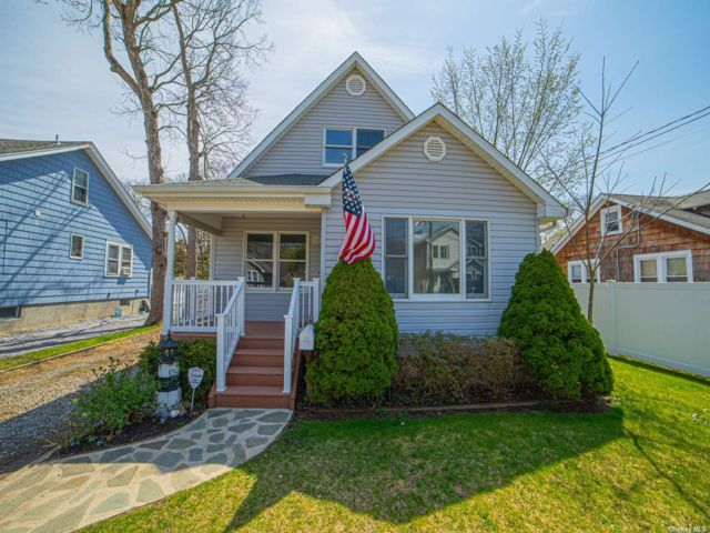 3 BR,  3.00 BTH Exp cape style home in Bayport