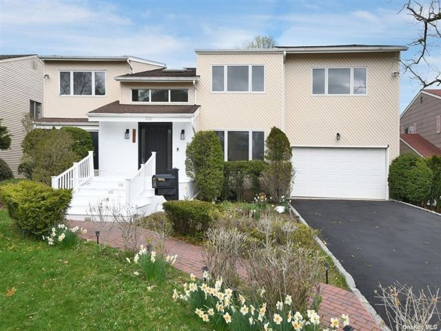 5 BR,  5.00 BTH Colonial style home in Hewlett