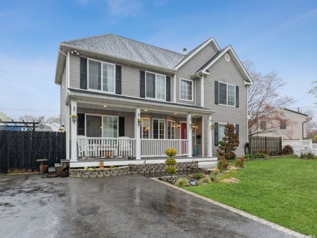 6 BR,  4.00 BTH Colonial style home in Medford