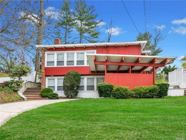 5 BR,  4.00 BTH Splanch style home in Holliswood