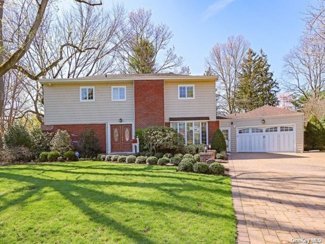 5 BR,  4.00 BTH Colonial style home in Roslyn Heights