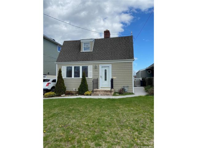 3 BR,  2.00 BTH Colonial style home in Island Park