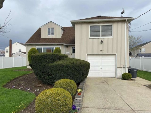 3 BR,  2.00 BTH Split level style home in Island Park