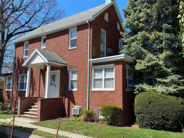 3 BR,  4.00 BTH Colonial style home in Bayside