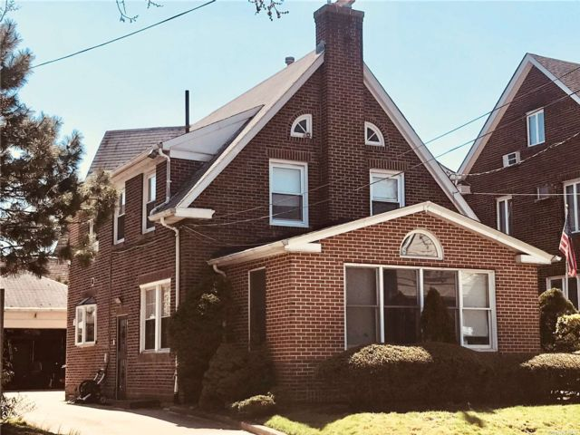 4 BR,  3.00 BTH Colonial style home in Forest Hills