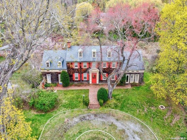 6 BR,  5.00 BTH  Colonial style home in Old Brookville