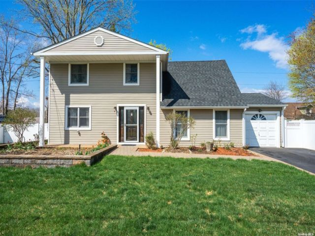 4 BR,  2.00 BTH Victorian style home in South Setauket