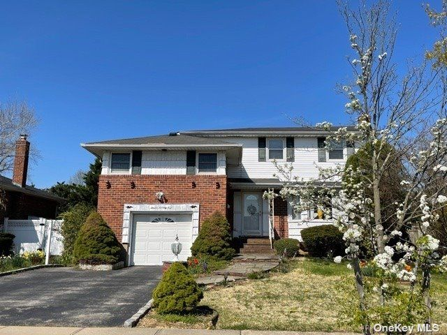 4 BR,  3.00 BTH Split level style home in Seaford