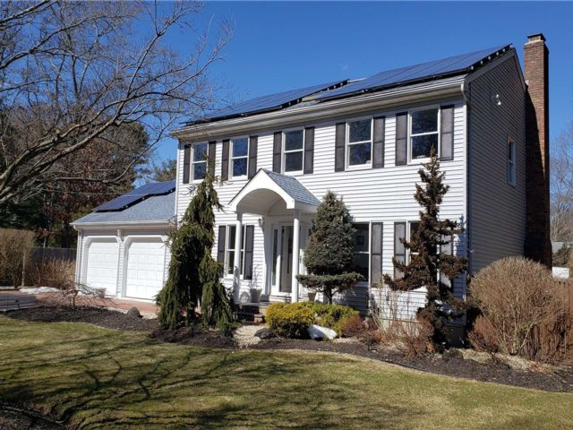 4 BR,  3.00 BTH Colonial style home in Medford