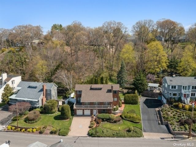 4 BR,  3.00 BTH Contemporary style home in Huntington