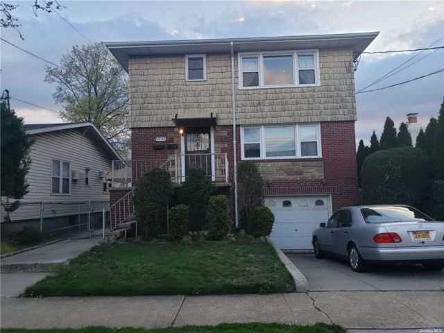 3 BR,  1.00 BTH 2 story style home in Bayside