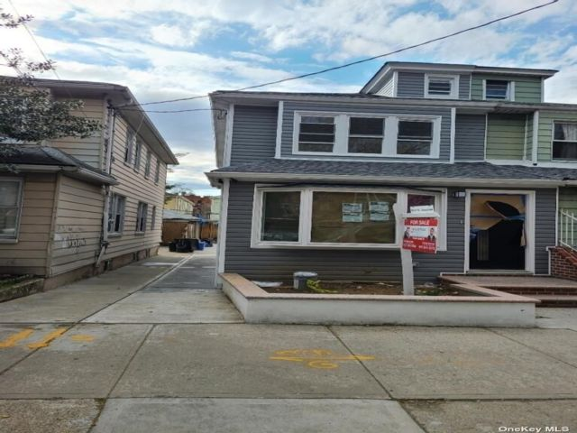4 BR,  5.00 BTH Colonial style home in Woodside