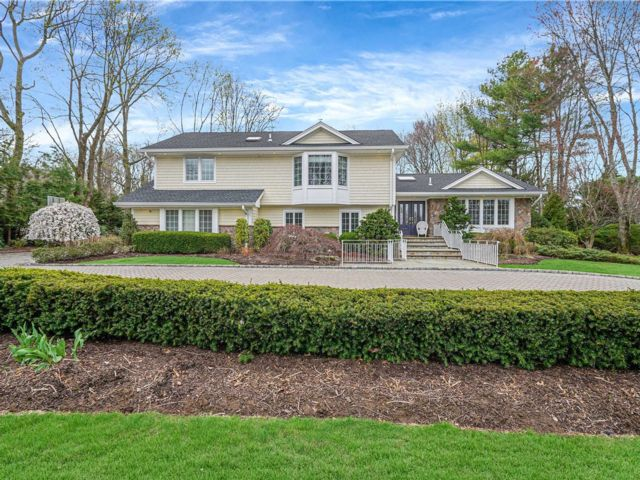 5 BR,  4.00 BTH Chalet style home in Huntington