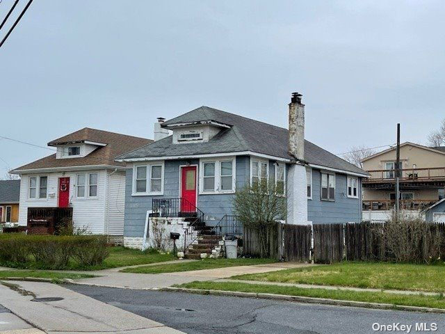 4 BR,  1.00 BTH Cape style home in Island Park