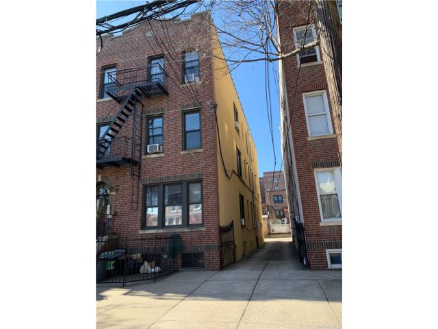 8 BR,  6.00 BTH Other style home in Astoria