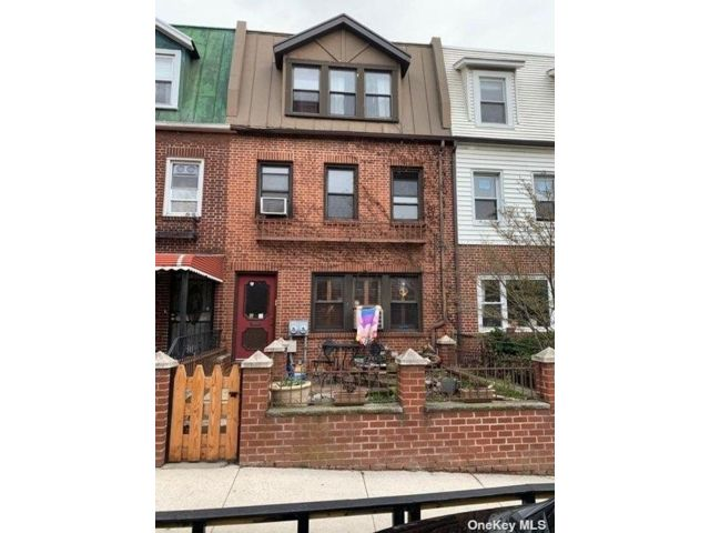 3 BR,  3.00 BTH  Colonial style home in Astoria