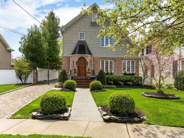 3 BR,  3.00 BTH Colonial style home in Syosset