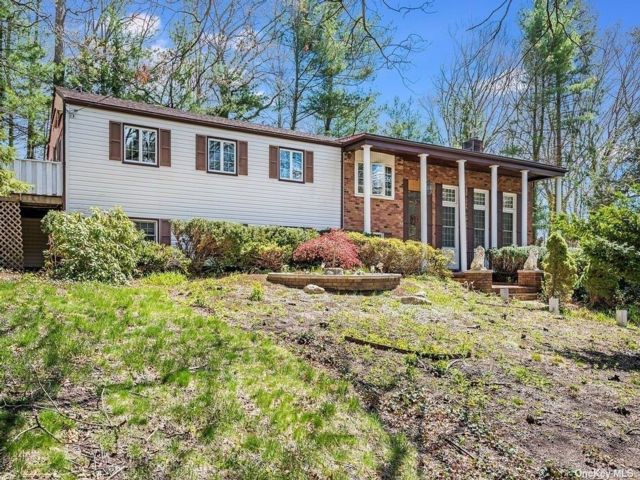 5 BR,  4.00 BTH Colonial style home in Smithtown