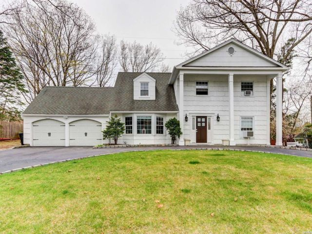 5 BR,  4.00 BTH  Colonial style home in Farmingville