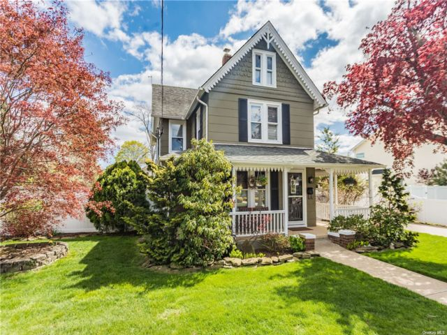 4 BR,  2.00 BTH Colonial style home in Bellmore