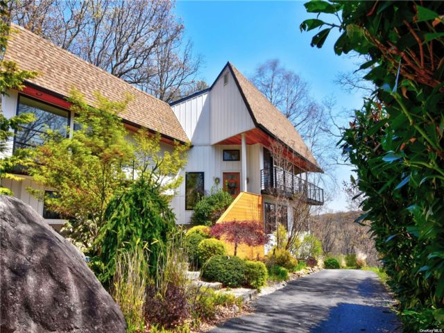 4 BR,  2.00 BTH Contemporary style home in Port Jefferson