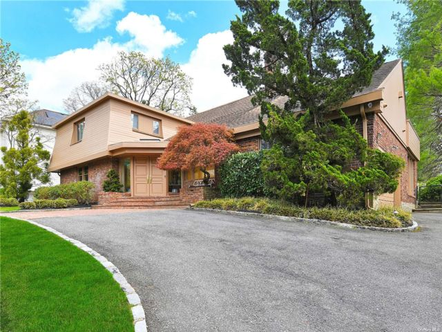 5 BR,  7.00 BTH Colonial style home in Great Neck