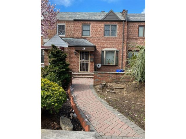 3 BR,  2.00 BTH 2 story style home in Maspeth
