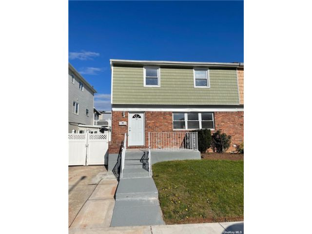 3 BR,  3.00 BTH Colonial style home in Heartland Village