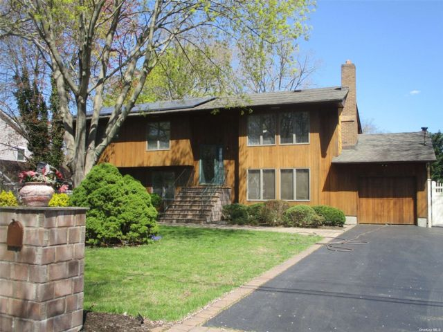 6 BR,  5.00 BTH Hi ranch style home in Nesconset
