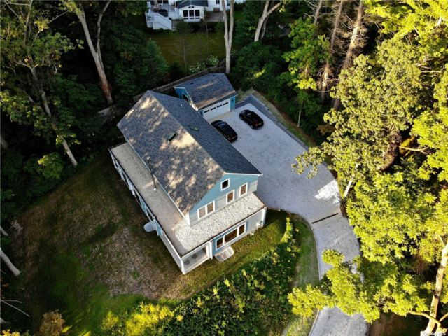 5 BR,  5.00 BTH Colonial style home in Sea Cliff