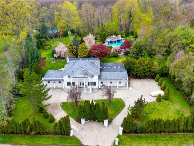7 BR,  6.00 BTH Colonial style home in Old Westbury