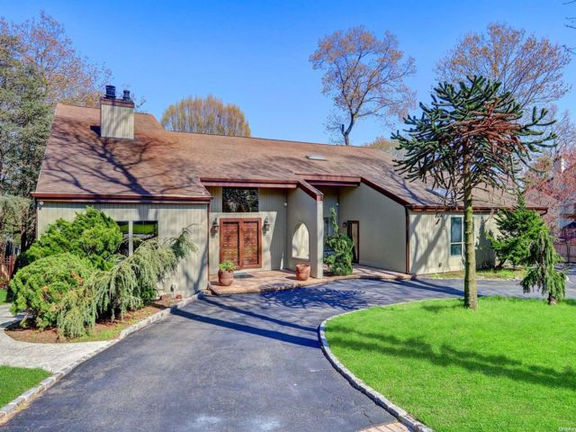6 BR,  4.00 BTH  Contemporary style home in Smithtown
