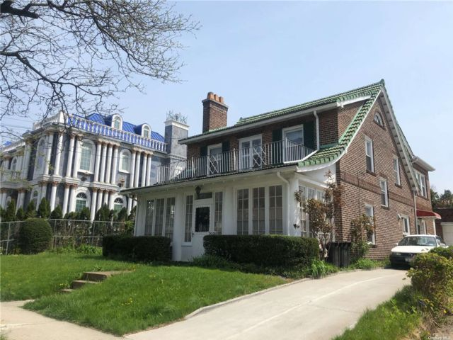 6 BR,  5.00 BTH Colonial style home in Forest Hills