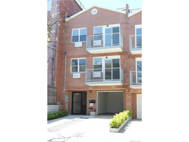 7 BR,  6.00 BTH Trilevel style home in Woodside