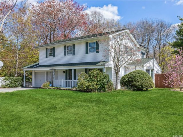 4 BR,  4.00 BTH Colonial style home in Smithtown