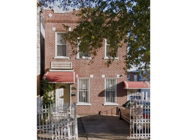 4 BR,  6.00 BTH 2 story style home in Long Island City