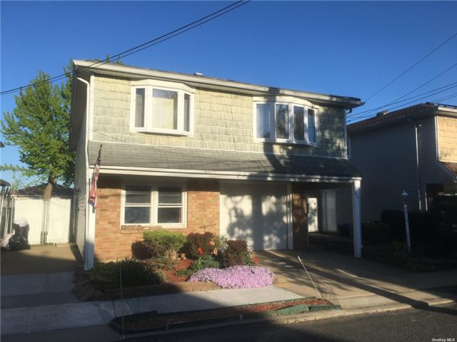 4 BR,  3.00 BTH  Hi ranch style home in Tottenville