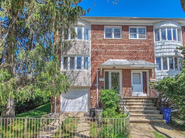 4 BR,  3.00 BTH  Semi detached style home in Whitestone