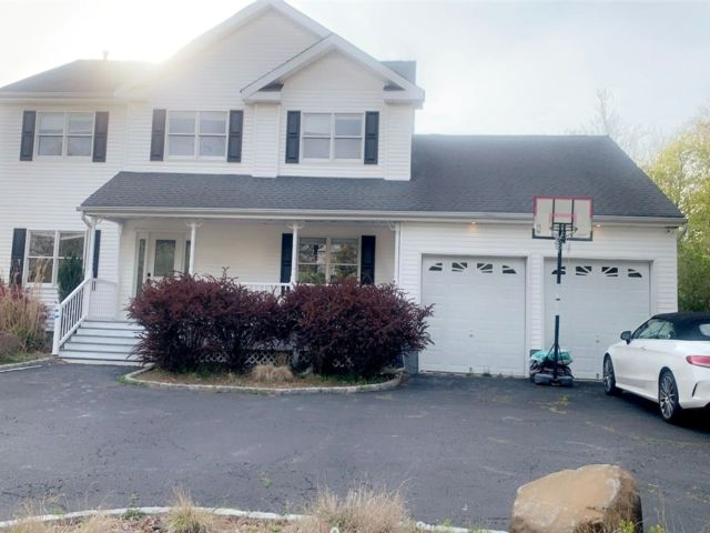 5 BR,  4.00 BTH  Colonial style home in Hauppauge