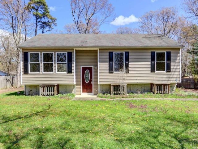 5 BR,  3.00 BTH Raised ranch style home in Medford