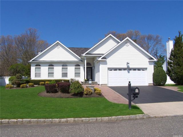 3 BR,  2.00 BTH  Ranch style home in Holtsville