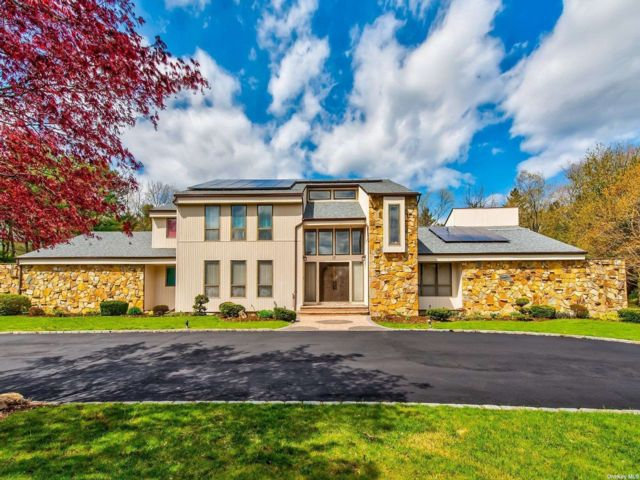 5 BR,  5.00 BTH Contemporary style home in Old Brookville