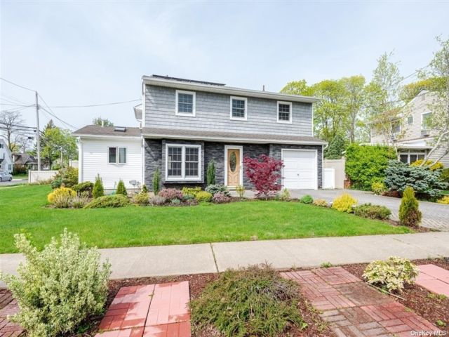 4 BR,  2.00 BTH Splanch style home in Bellmore