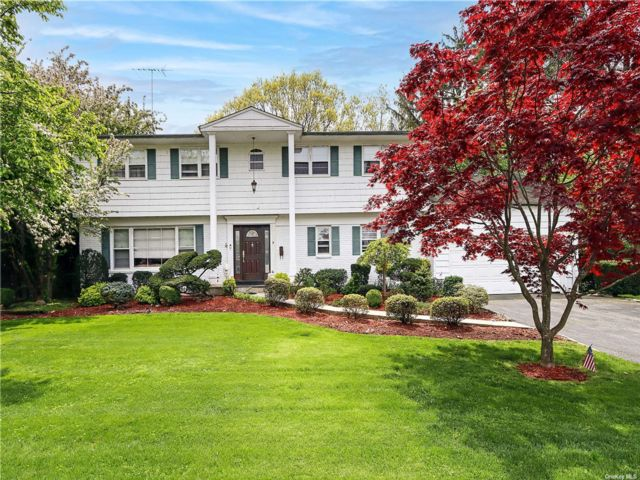 4 BR,  3.00 BTH Colonial style home in Manhasset