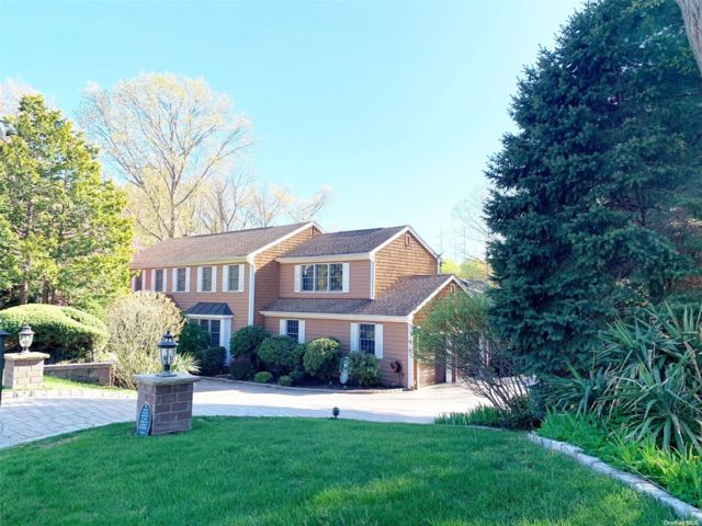 4 BR,  4.00 BTH Colonial style home in Mt. Sinai