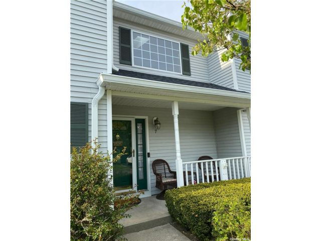 3 BR,  3.00 BTH Townhouse style home in Smithtown