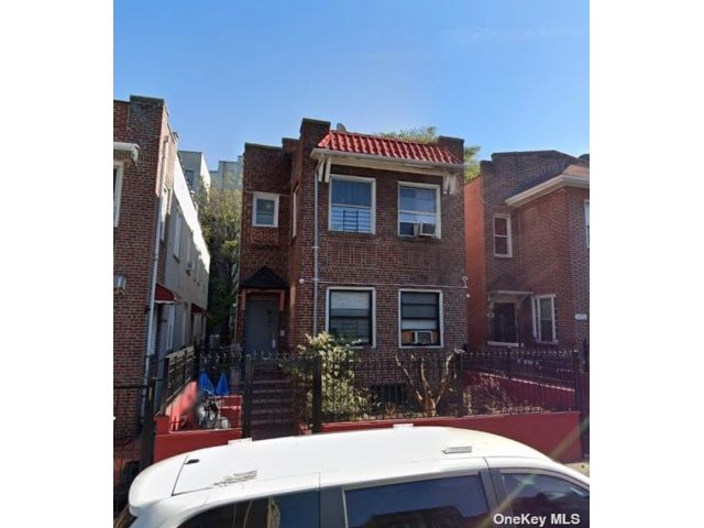 8 BR,  4.00 BTH 2 story style home in Morris Heights