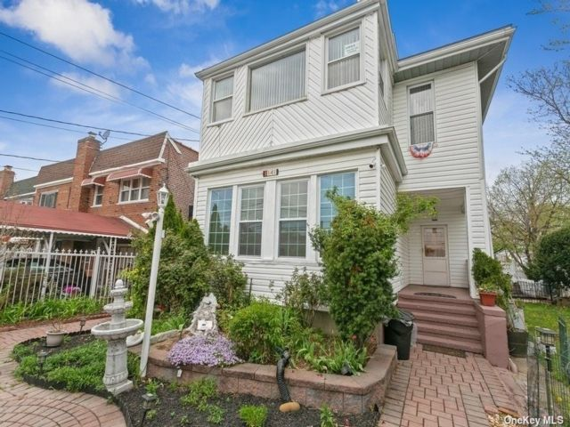 7 BR,  5.00 BTH Colonial style home in Wakefield