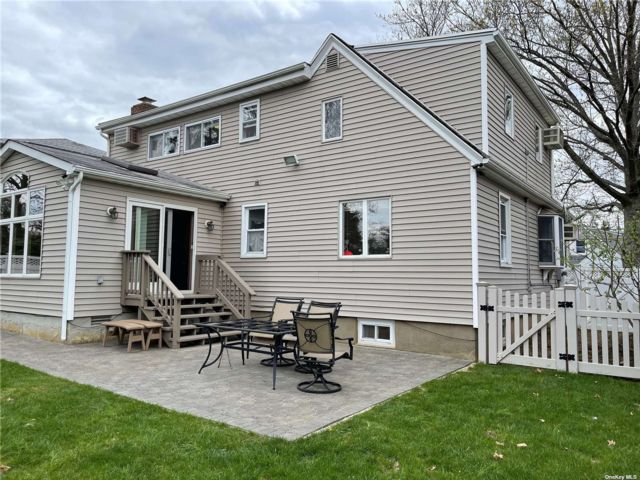 3 BR,  2.00 BTH Exp cape style home in Bayside
